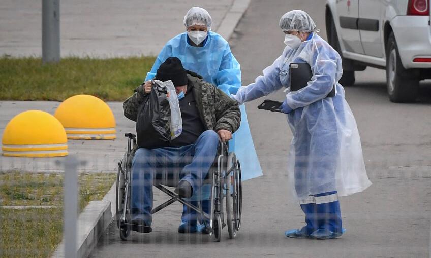 Các nhân viên y tế đưa bệnh nhân vào một bệnh viện ở Kommunarka, ngoại ô Moskva, hôm 16/11. Ảnh: AFP.