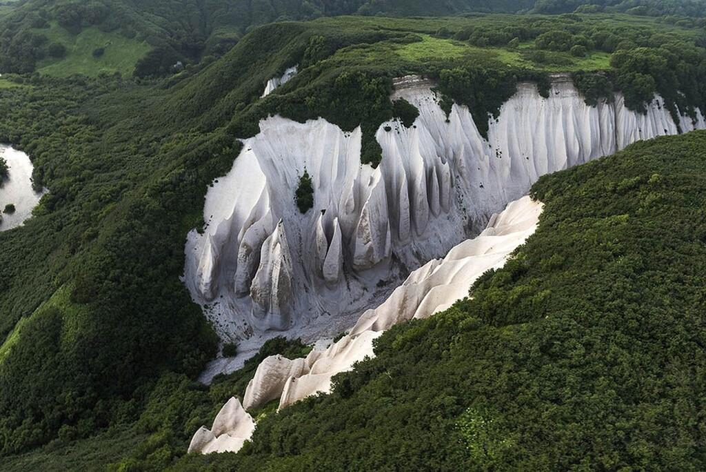 Thung lũng trắng nổi bật giữa rừng núi nước Nga