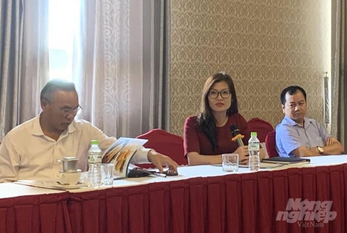 Thứ trưởng Bộ NN-PTNT Phùng Đức Tiến (trái) làm việc với doanh nghiệp tại TP Cần Thơ. Ảnh: HĐ.